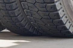 De beschermer van een groot rubberwiel Reusachtige rubber de stortplaatsvrachtwagens van de bandcarrière, mijnvrachtwagens van de royalty-vrije stock foto