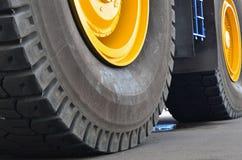 De beschermer van een groot rubberwiel Reusachtige rubber de stortplaatsvrachtwagens van de bandcarrière, mijnvrachtwagens van de royalty-vrije stock foto's