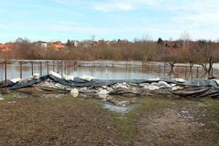 De bescherming die van de zandzakkenvloed water van overstroomde rivier tegenhouden royalty-vrije stock foto