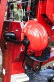 De bescherming van de exploitantveiligheid voor tuinlieden Rode bouwvakker met earflaps en vizier Stock Foto