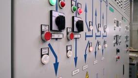 De bescherming van het controlekabinet en automatische sluiting De indicatoren en schakelt de voorzijde van het elektrokabinet in stock video