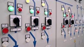 De bescherming van het controlekabinet en automatische sluiting De indicatoren en schakelt de voorzijde van het elektrokabinet in stock footage
