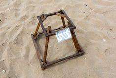 De beschermingskooi behandelt loggerhead zeeschildpadeieren bij een schildpad het nestelen strand Royalty-vrije Stock Foto