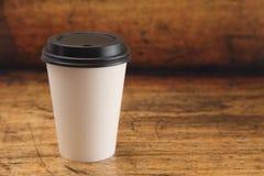 De beschikbare Kop van de Witboekkoffie met een Zwart Deksel royalty-vrije stock afbeelding