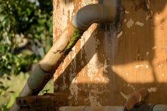 De beschimmelde Oude pvc-Klep van het Pijp Plastic Water - Vuile Concrete Muurtextuur - Zonnige Warme Dag in Huistuin stock afbeeldingen