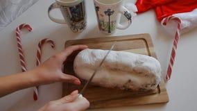 De besnoeiing van de de Chef-kok` s hand van de vlaaikorst met de korst van de messenpastei op een rustieke keukenlijst die wordt stock footage