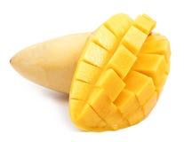 De besnoeiing van de mangoplak aan kubussen sluit omhoog geïsoleerd stock foto's