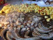 De de besnoeiingsstukken van het braadstukvarkensvlees met aardappel versieren