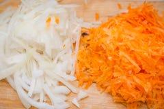 De de besnoeiingswortelen en uien Verse Wortelen Verse uien Benzinestation voor salade Stock Foto