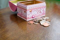 De Besparingen Moneybox van het muntstukkengeld Weinig Pence Echt GBP Stock Foto