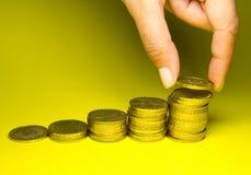 De besparingen van de holding van gouden muntstukken Royalty-vrije Stock Afbeeldingen