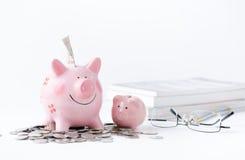 De besparingen van het onderwijsgeld in een piggybank Royalty-vrije Stock Afbeelding