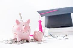 De besparingen van het onderwijsgeld in een piggybank Royalty-vrije Stock Fotografie