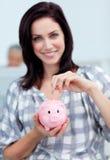 De besparingsgeld van de onderneemster in een piggy-bank Stock Fotografie