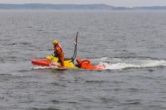 De besparingspersoon van Rescuerunner in water Stock Afbeelding