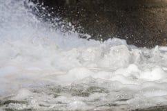 De bespattende vormen van het waterschuim Stock Foto's