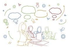 De Bespreking of de Brainstormingsvergaderingskrabbel van bedrijfsmensenteam sit at desk together communication stock illustratie