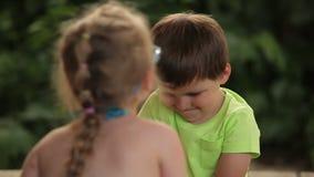 De bespreking van de jongen en van het meisje stock footage
