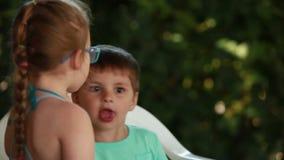 De bespreking van de jongen en van het meisje stock videobeelden