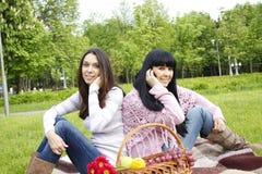 De bespreking van de moeder en van de dochter op de telefoon Stock Foto