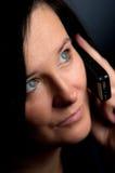 De bespreking van de vrouw op mobiel Stock Foto's