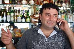 De besprekingen van de barman telefonisch. royalty-vrije stock afbeeldingen