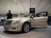 De besprekingen van de mens over de Auto van Cadillac CTS Stock Foto's
