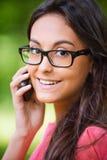De besprekingen van de vrouw op cellulaire telefoon stock foto's