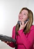 De besprekingen van de vrouw op telefoon Royalty-vrije Stock Foto's