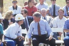 De besprekingen van gouverneursbill clinton met arbeider bij een elektrische post op de campagne van Buscapade van 1992 reizen in Royalty-vrije Stock Foto's