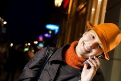 De besprekingen van het meisje op de telefoon Stock Foto's