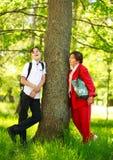 De besprekingen van de jongenskleinzoon met grootmoeder in de zomerpark stock foto