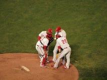 De besprekingen van Phillies infield met waterkruik Ryan Madson stock foto