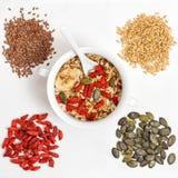De bessen van havermeelgoji, lijnzaad, Gezonde superfoods van Muesli Stock Fotografie