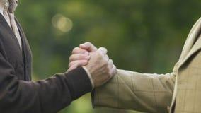 De beste handen schudden en vrienden die ontmoeten elkaar openlucht, mannelijke vriendschap koesteren stock videobeelden