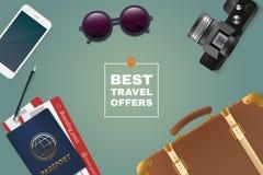 De beste illustratie van de reisaanbieding Toerismemateriaal op lijst Paspoort, kaartjes, zonnebril, telefoon, koffer en fotokade Royalty-vrije Stock Foto's