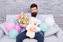 De beste manier te zeggen u geeft De lentegift Gebaarde mens hipster met de lentebloemen Bloem voor 8 Maart De datum van de liefd stock afbeelding