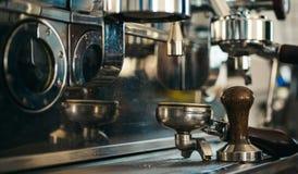 De beste manier voor uw te brouwen koffie Metaal kooktoestel om koffie te brouwen Portafilter van espressomachine royalty-vrije stock foto's