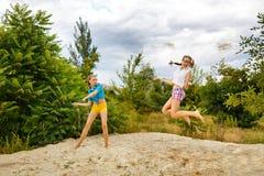 De beste meisjes hebben pret bij het strand Royalty-vrije Stock Fotografie