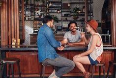 De beste vrienden die in een koffie samenkomen winkelen stock fotografie