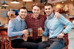 De beste vrienden kwamen in de bar samen Stock Afbeeldingen