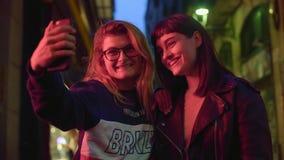 De beste vrienden nemen selfie bij nacht stock videobeelden