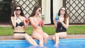 De beste vriendenmeisjes hebben pret op vakantie door de pool stock videobeelden