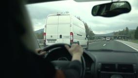 De bestelwagen overviel op de weg stock video