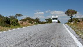De bestelwagen van de Caravanï¿ kampeerauto ½ op majestueuze lege weg, Assos, Turkije stock footage