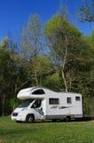 De bestelwagen van de kampeerauto die in platteland wordt geparkeerd Stock Foto's