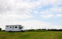 De bestelwagen van de kampeerauto op de het kamperen grond Royalty-vrije Stock Afbeelding