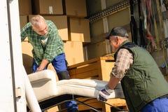 De bestelwagen van de twee verhuizerslading met meubilairdozen Royalty-vrije Stock Afbeelding
