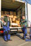 De bestelwagen van de twee verhuizerslading met meubilairdozen Stock Foto