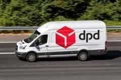 De bestelwagen van de Dpdlevering op autosnelweg Stock Fotografie